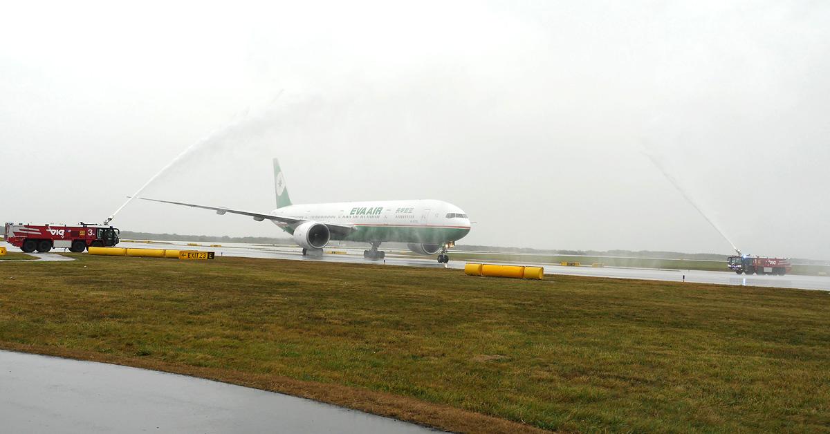 """Veľkolepé uvítanie """"water salute"""" nového Boeingu na viedenskom letisku"""